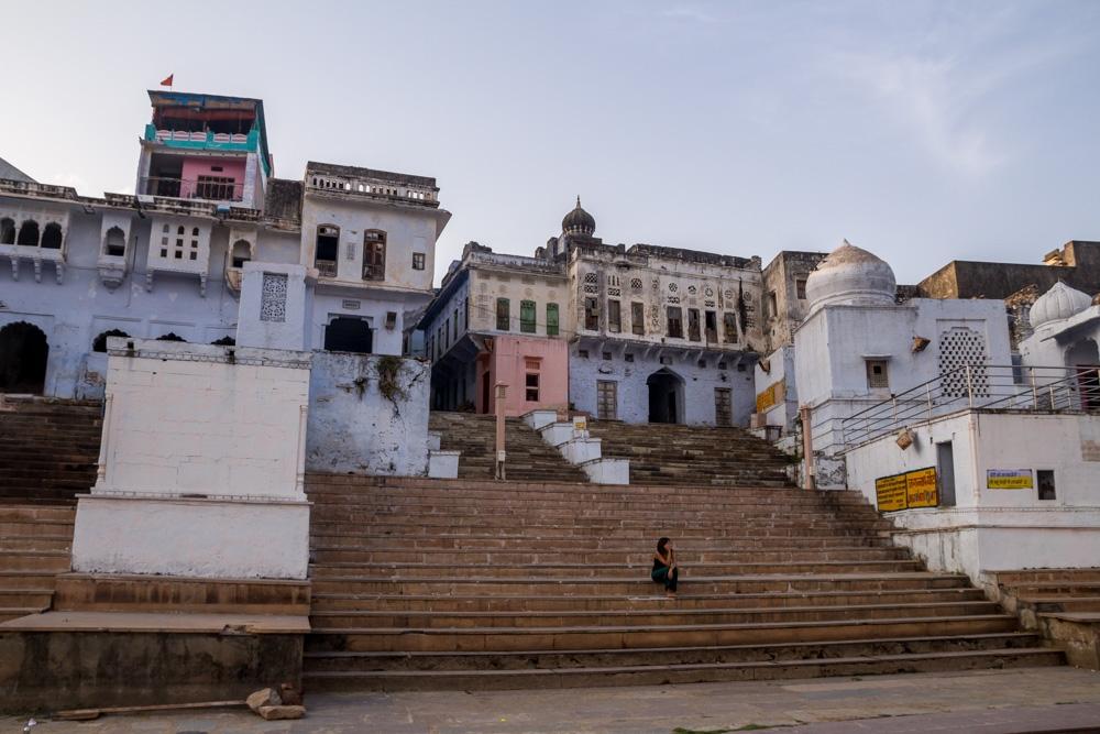 Carol solitaria en los ghats de Pushkar