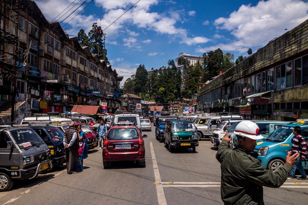 Bulliciosa calle principal de Darjeeling
