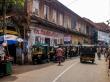 Tuk tuks junto al puerto de ferry de Fort Kochi