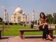 Carol sentada al calor del Tah Mahal