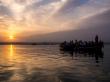 Turistas, amanecer y el Ganges