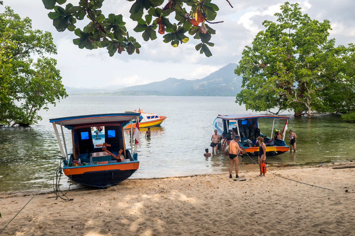 Preparándonos para el buceo, Bunaken, Sulawesi