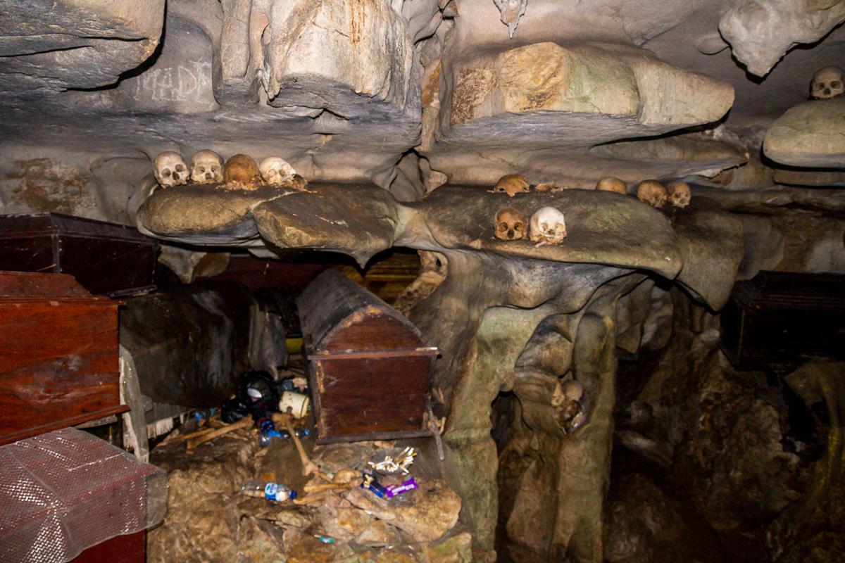Ataudes y calaveras en el interior de la roca, Tana Toraja