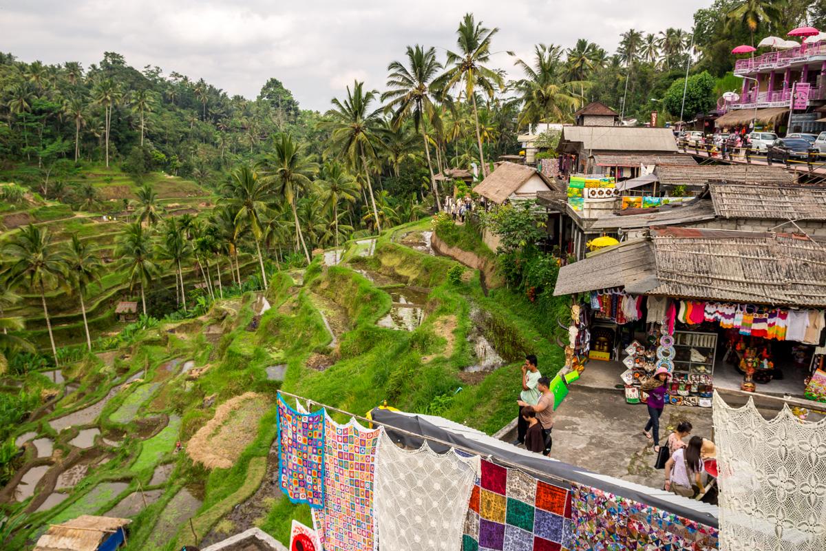 Tiendas y restaurantes junto a las terrazas