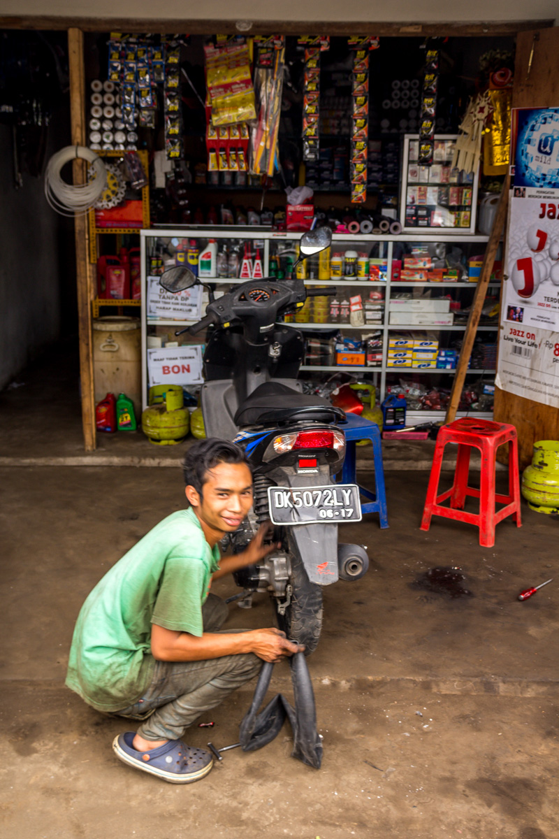 Reparando nuestro pinchazo, Gobleg, Bali