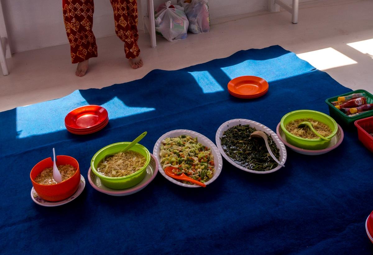 Nuestras comidas, poco variadas pero nutritivas. Entre Lombok y Flores