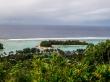 Vistas de Muri Lagoon y un motu desde el monte, islas Cook