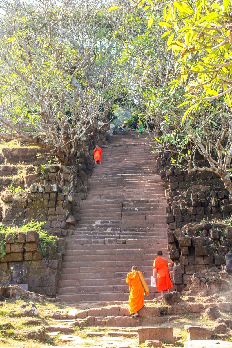 Los monjes también acuden a Champasak
