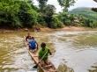 Cruzando el río para empezar el trekking