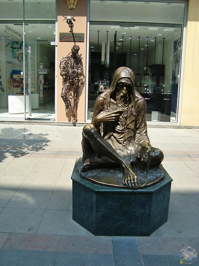 Más estatuas de píos