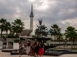 Venga, a la de 3 saltamos todos... En la mezquita de Kuala Lumpur