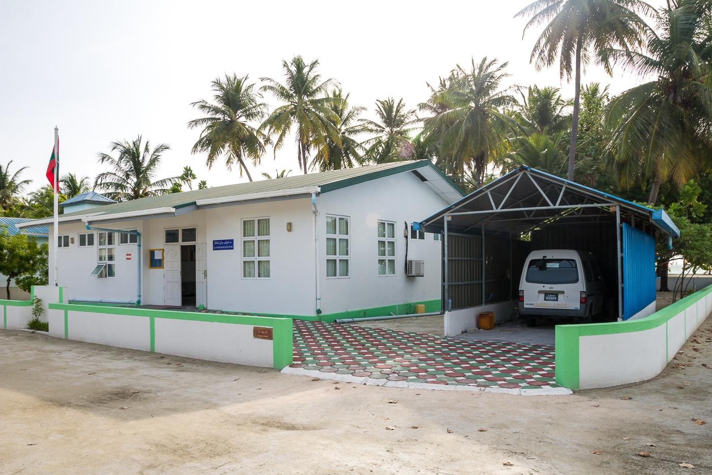 El único coche de la isla, la ambulancia del centro de salud de Mathiveri
