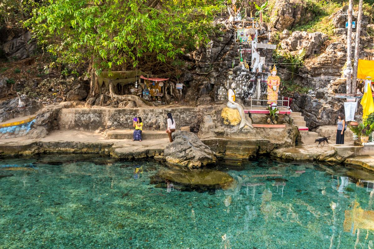 El agua más clara que vimos en todo Myanmar. Kaw Ka Thwng Cave, Hpa An