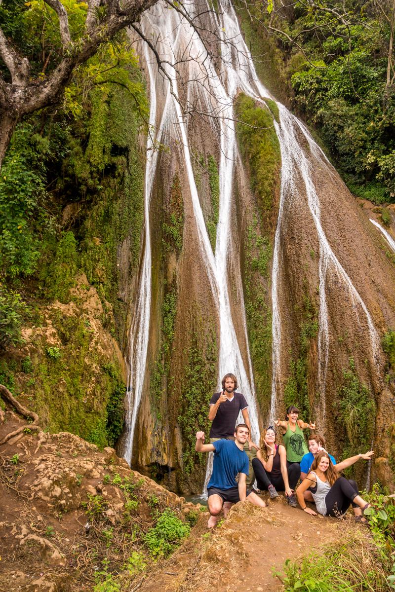 Con Albert, Elena, Alba y Vicky en la cascada