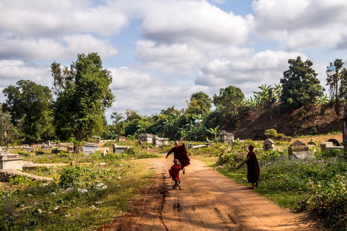 Monjes jugando con cometas alrededor del cementerio