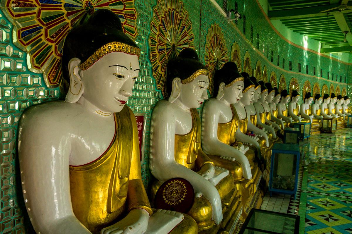 Budas en la cima de la colina de Sagaing