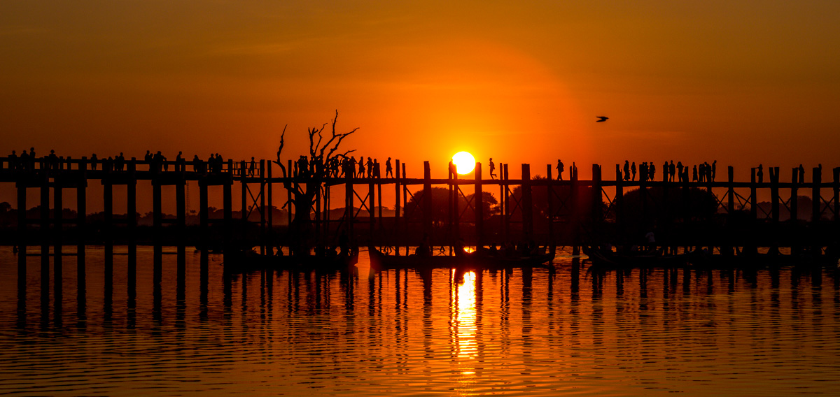 Figuritas sobre el puente frente al sol, Amarapura