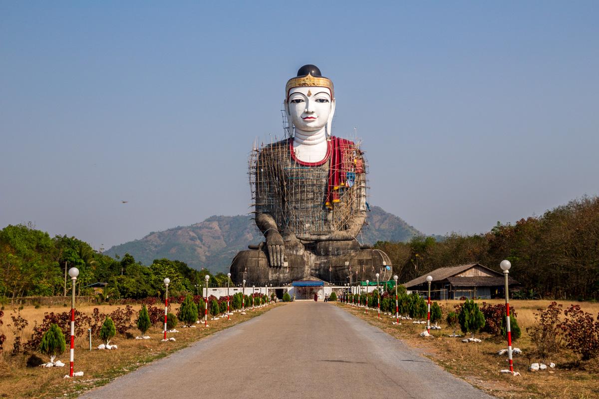Buda sentado, la están peinando (o pintando), Mawlamyine