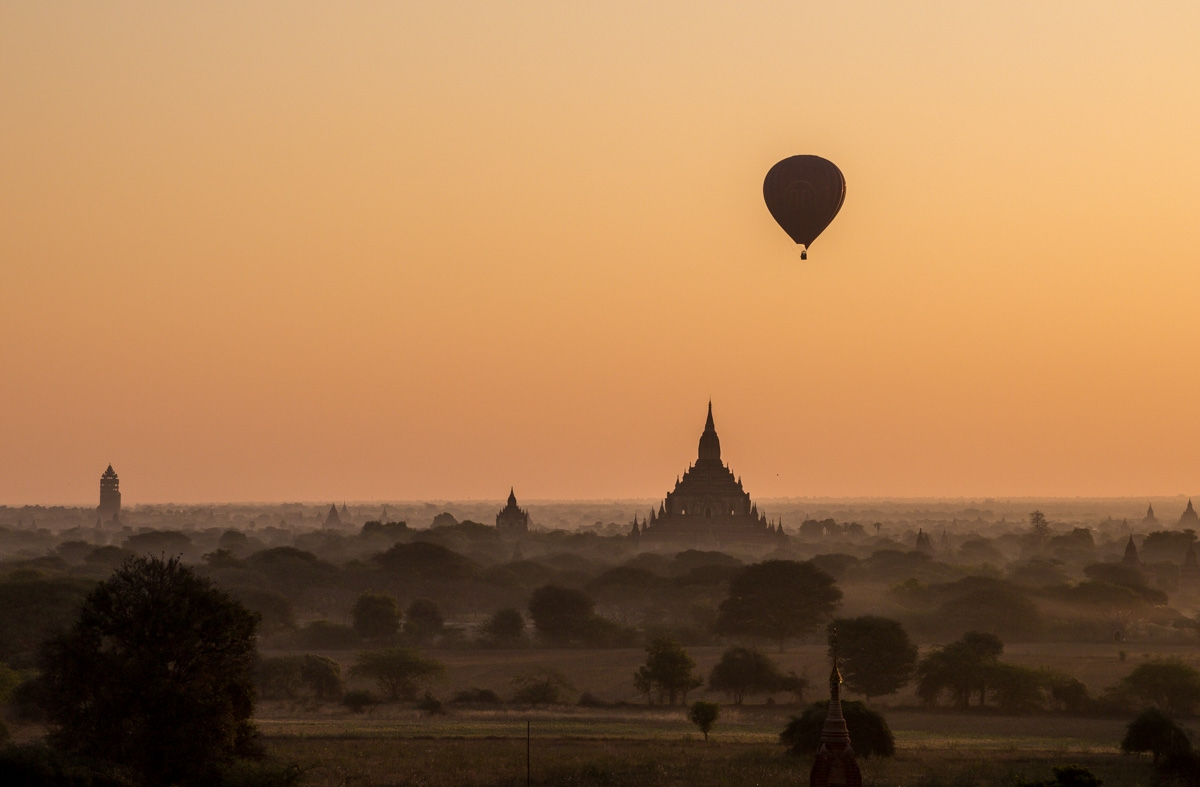 Los primeros globos recortan el cielo mañanero de Bagan