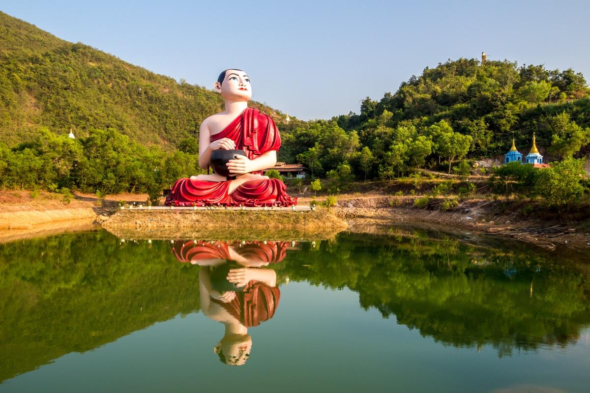 Buda junto al lago