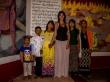 Carol con una familia de birmanos, dentro del Buda
