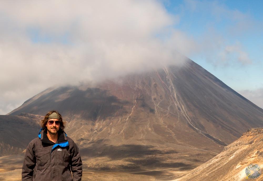 La niebla se disipa, con el Ngauruhoe (o monte del Destino) detrás