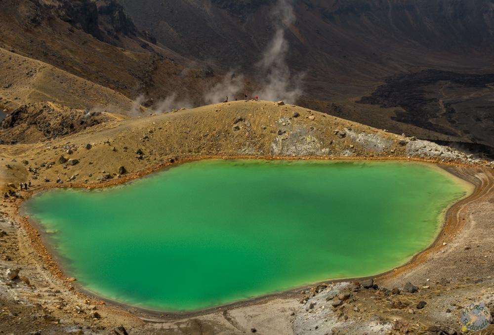 Uno de los Emerald Lakes, con los vapores del volcán emergiendo por detrás
