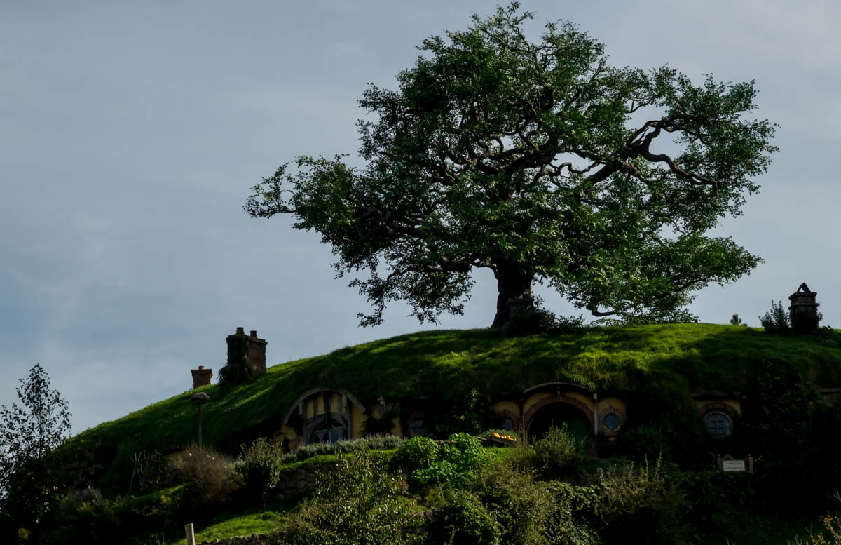 Ahí está la casa de Bilbo.  Hobbiton, La Comarca