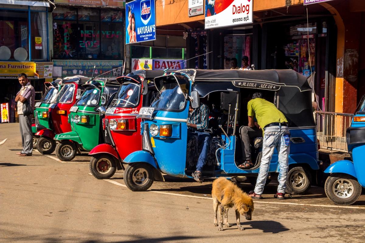 Tuktuks a la espera, Haputale