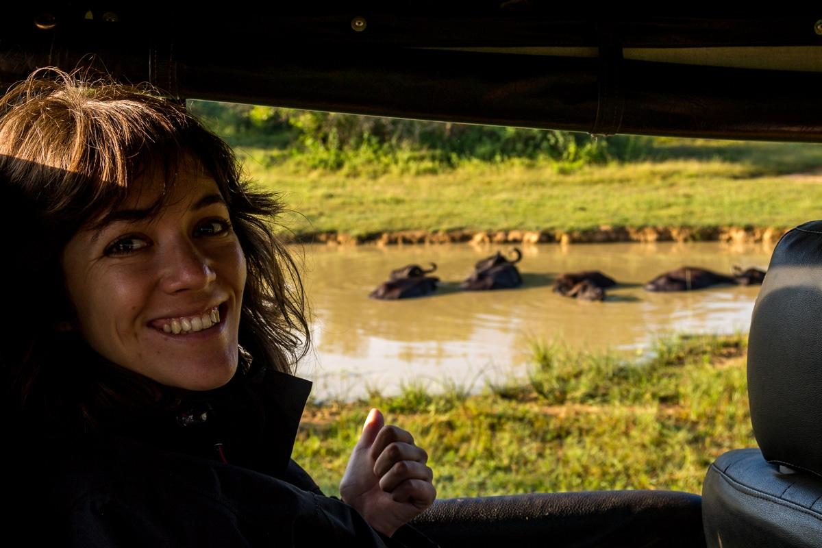 Carol feliz entre animales