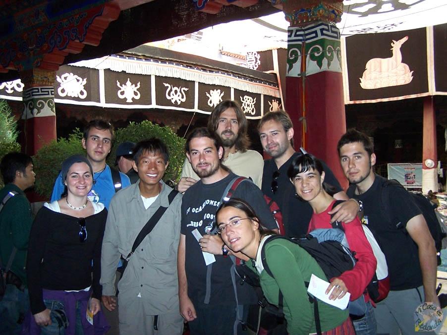 Con nuestro guía en el interior del templo