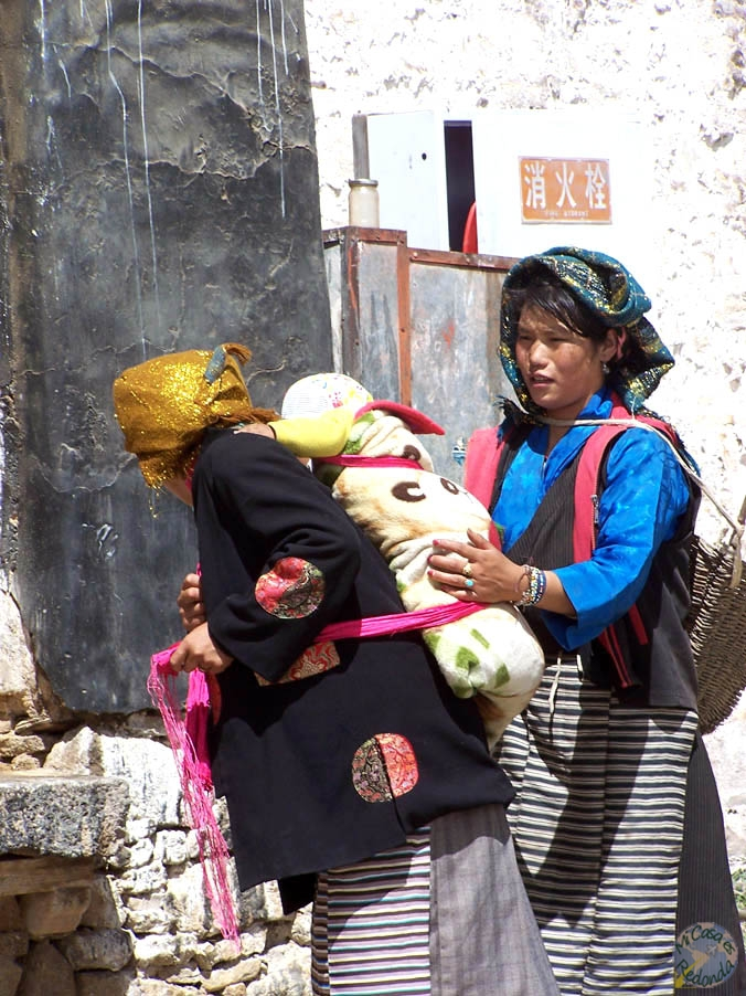 Sinfín de peregrinos budistas en las calles de Lhasa