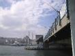 El puente Gálata, con la Mezquita Azul al fondo. Estambul.