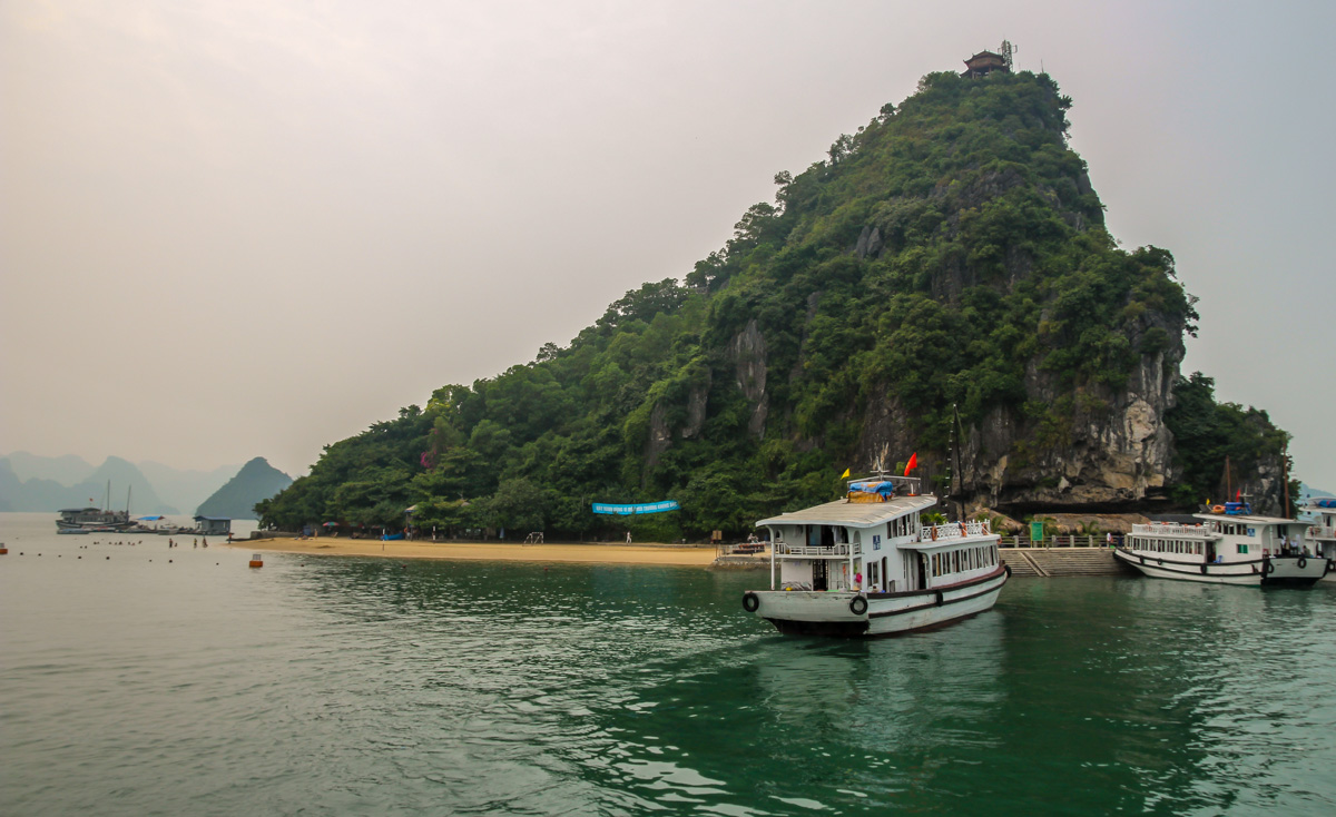 Islotes salpicando la bahía