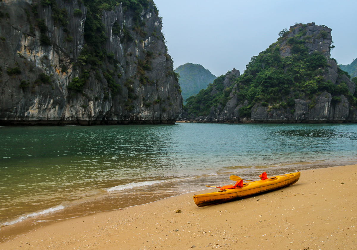 Descansando en una playa solitaria, Halong Bay