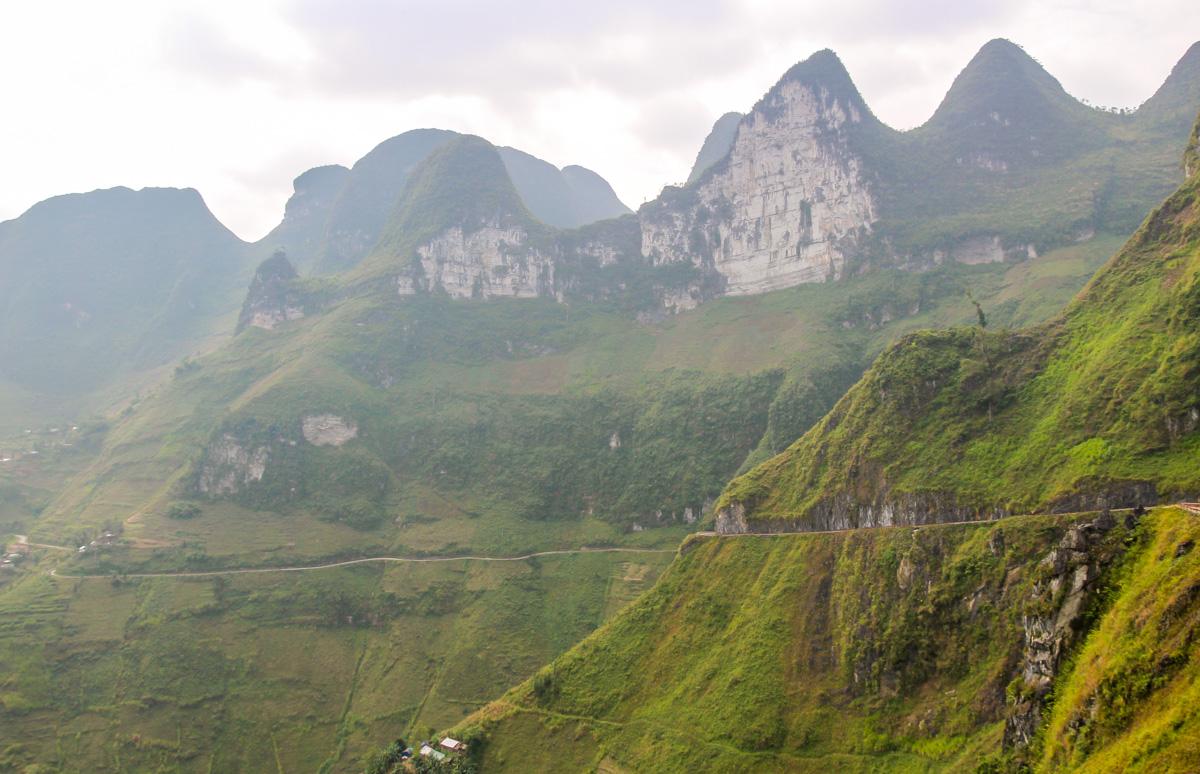 Entre niebla y montañas, la carretera QL34 sigue