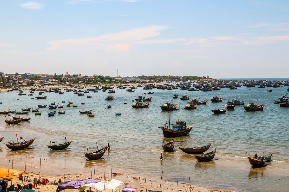 Concurrido puerto del pueblo en Mui Ne