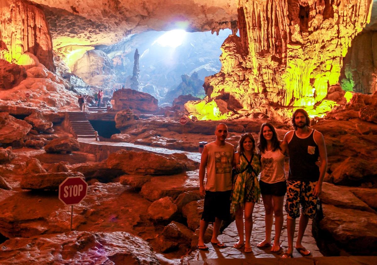 Los 4 y la señal de stop, en Surprising Cave, Halong Bay