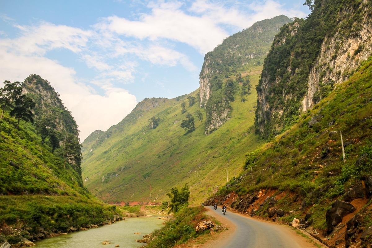 Motos, carretera y paisajes arcillosos
